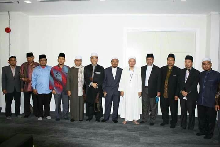 ... aksi muzakarah antara Dr. Zulkifli bin Mohamad al-Bakri dan Dr Zamihan  bin Mat Zin al-Ghari yang diadakan di Pejabat Mufti Wilayah Persekutuan . 2757310db1